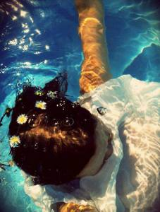 Drowning Ophelia di Karen Natasja Wikstrand (underwater self portrait 2012)