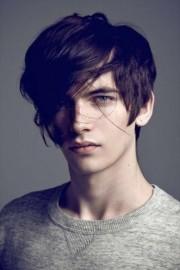 ragazzo-con-occhi-azzurri-e-capelli-neri